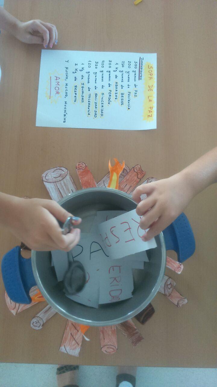 Los niños de Fuente Palmera (Córdoba) cocinan la receta para la paz