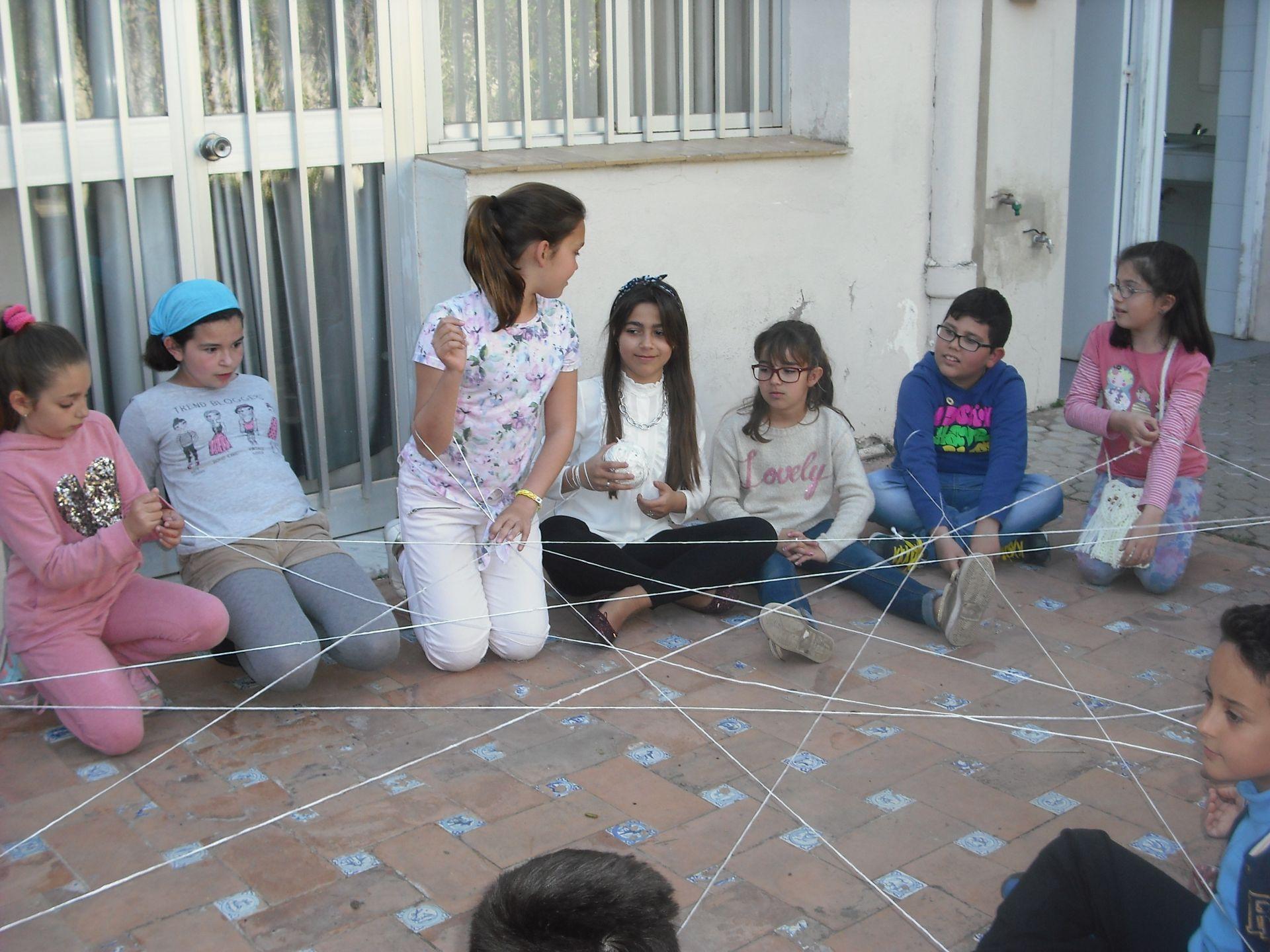 ¿Cómo se puede incorporar la opinión de los niños en los planes municipales de infancia?