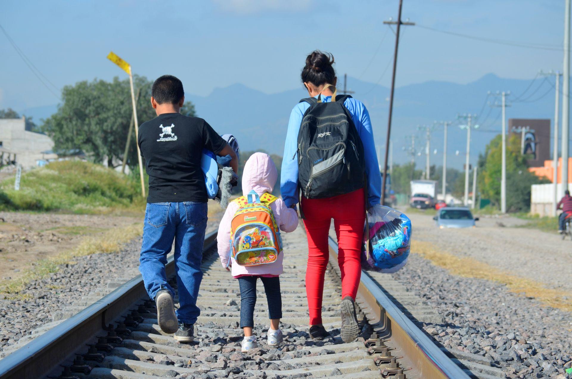 «Los miramos con lupa pero no los vemos»: presentamos el informe 'Más allá de la supervivencia' sobre infancia migrante no acompañada