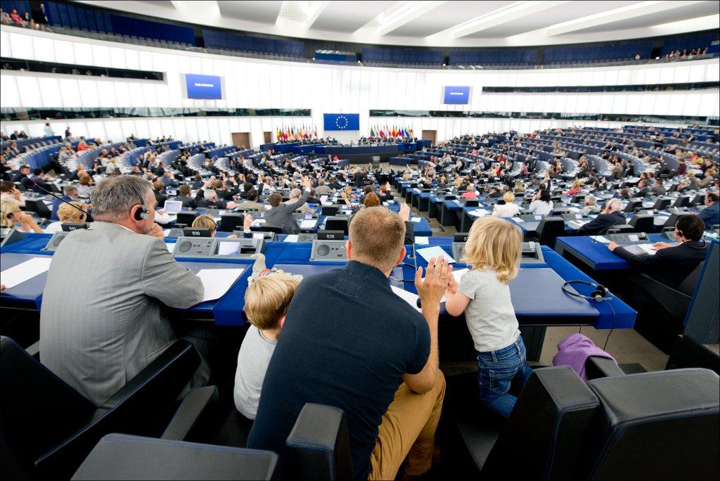 Un eurodiputado vota en la Cámara acompañado de sus hijos
