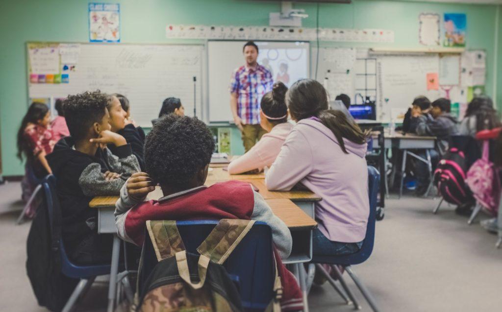 Clase con alumnos. Fotografía de NeONBRAND para Unsplash