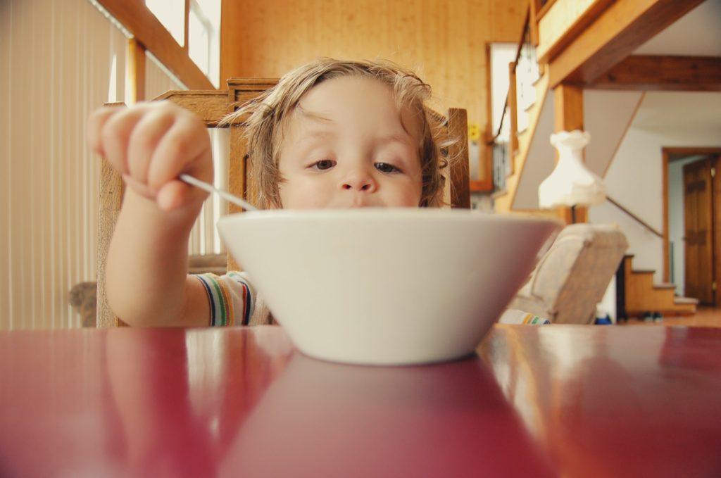 Niño desayunando / Fotografía de Hal Gatewood para Unsplash