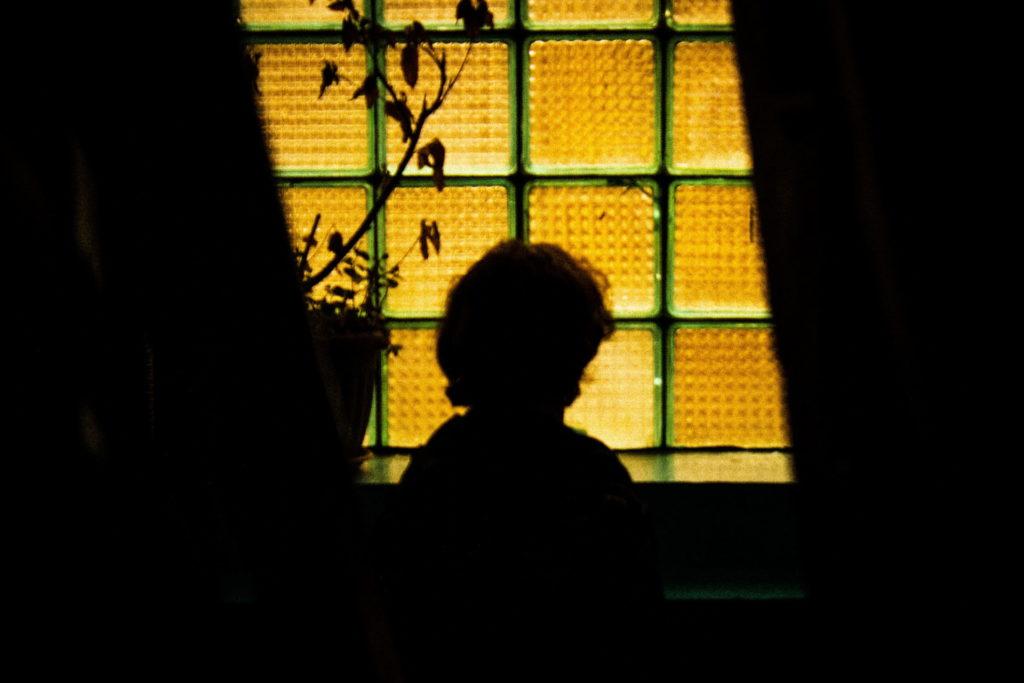 Niño mirando por la ventana / Creative Commons Zero - CC0