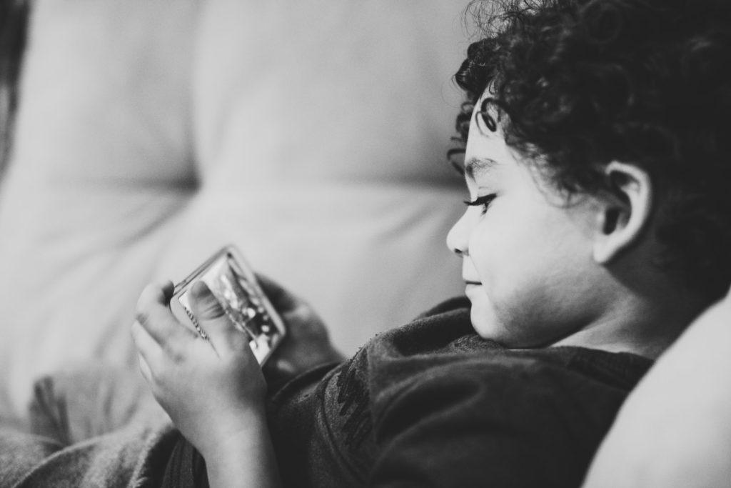 Niño utilizando una tablet. Diego Passadori para Unsplash