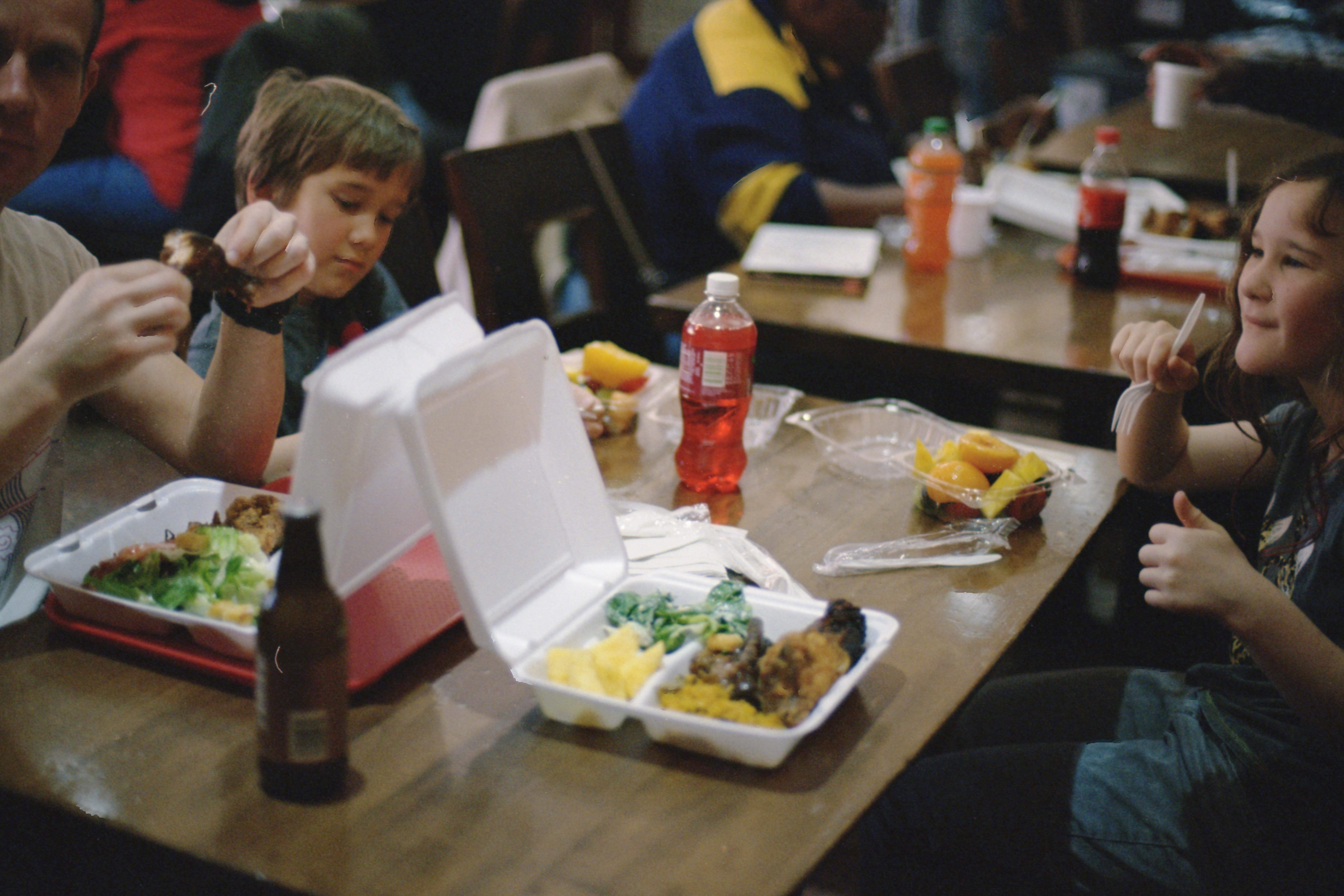 Qué han hecho y qué pueden seguir haciendo los gobiernos locales para romper el círculo de pobreza infantil